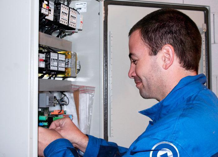 Monteur van LiftForce bezig met service