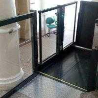 Rolstoel platformlift deur open