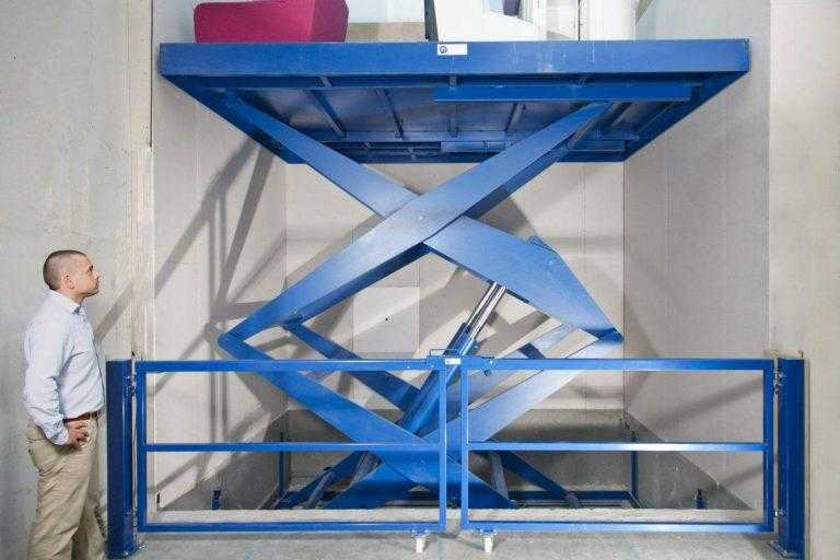 Grote heftafel met dubbele schaar ingezet als goederenlift bij Zitmaxx