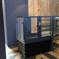 Referentie verticale platformlift zijaanzicht