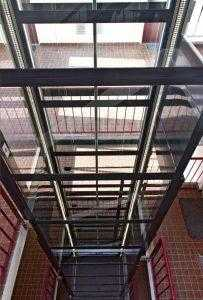 Platformlift glazen schacht