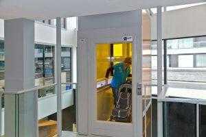 Platformlift met folie op glaspaneel