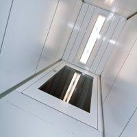 Platformlift-schacht-met-plafond-verlichting