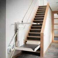 plateautraplift uitgeklapt bij trap