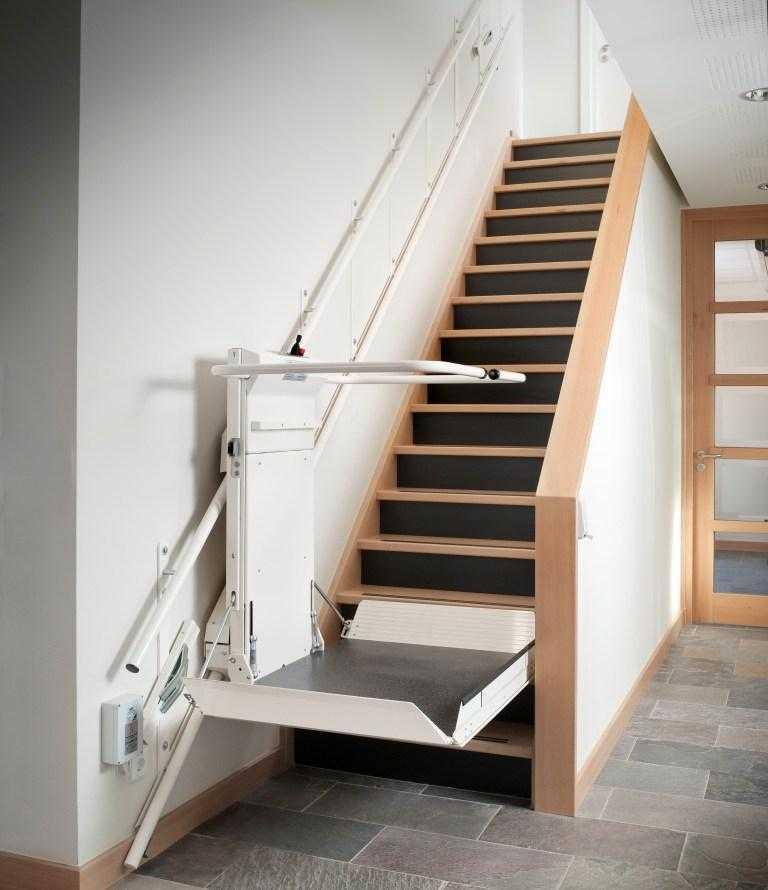 Met deze plateautraplift zijn trappen tot 8m eenvoudig te for Sillas de escaleras para minusvalidos