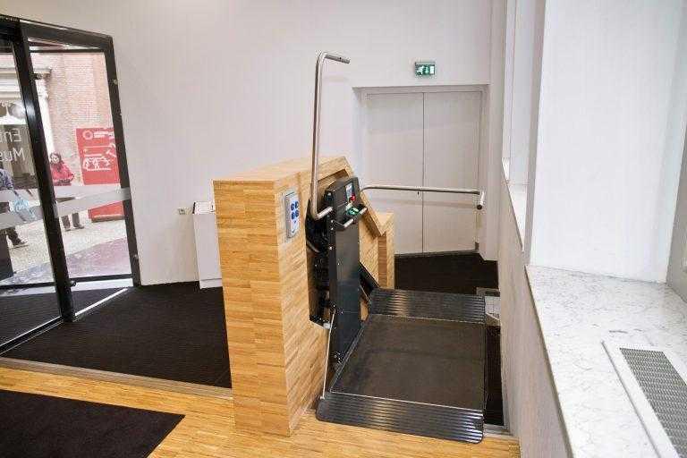 Traplift biedt mindervaliden toegang tot Amsterdams museum
