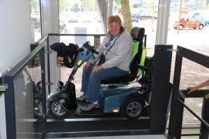 Overhoekse toegang rolstoellift Schiedam