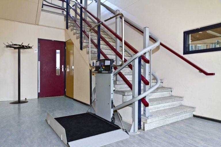 Plateautraplift voor bochten biedt rolstoeltoegang op Bertha Muller School