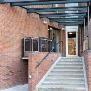 Verticaal hefplateau als rolstoellift bij Hof van Bredius in Woerden
