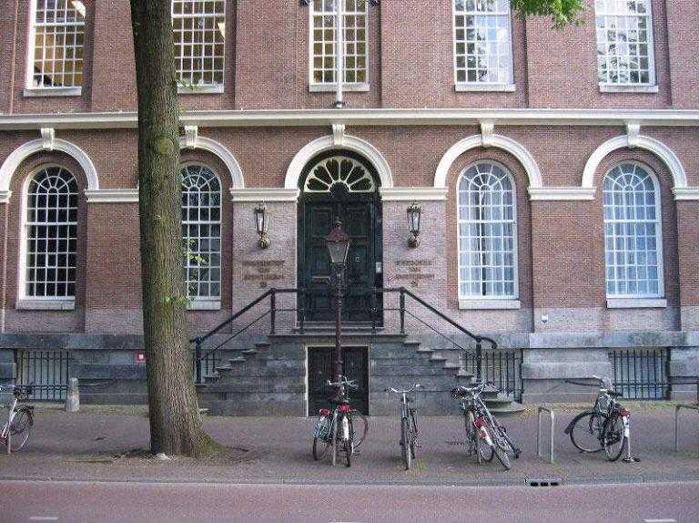 Plateautraplift als rolstoellift Maagdenhuis Amsterdam