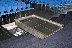 plateaulift trap met tegels doorgelegd