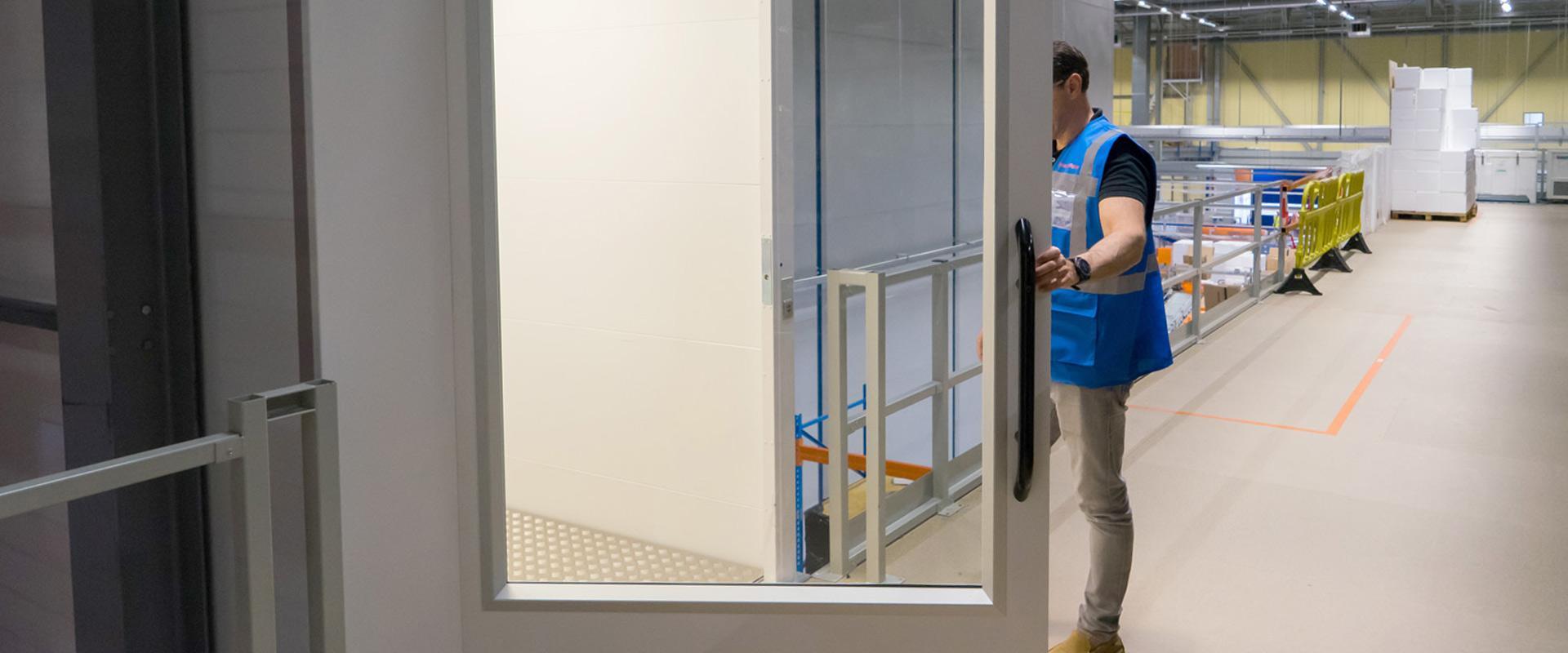 Personengoederenlift deur open