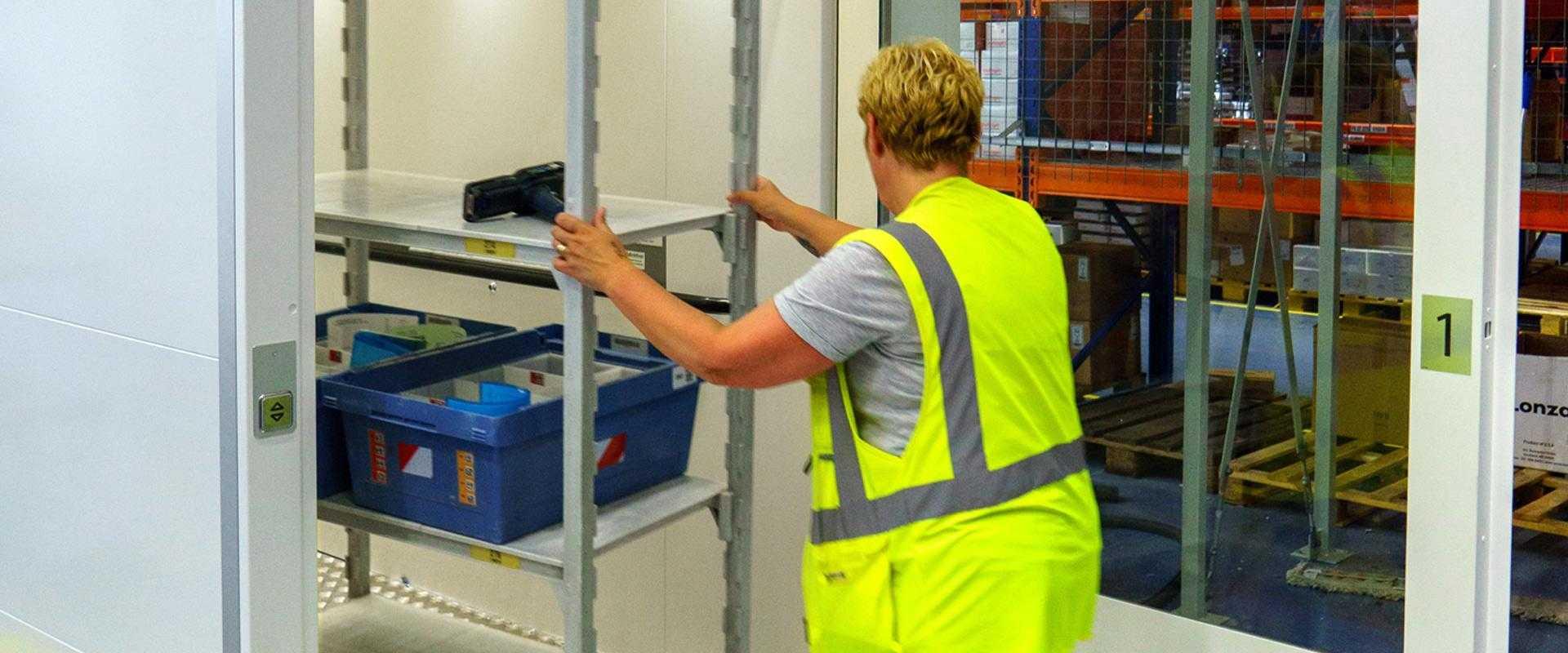 Rek wordt geplaatst in personengoederenlift