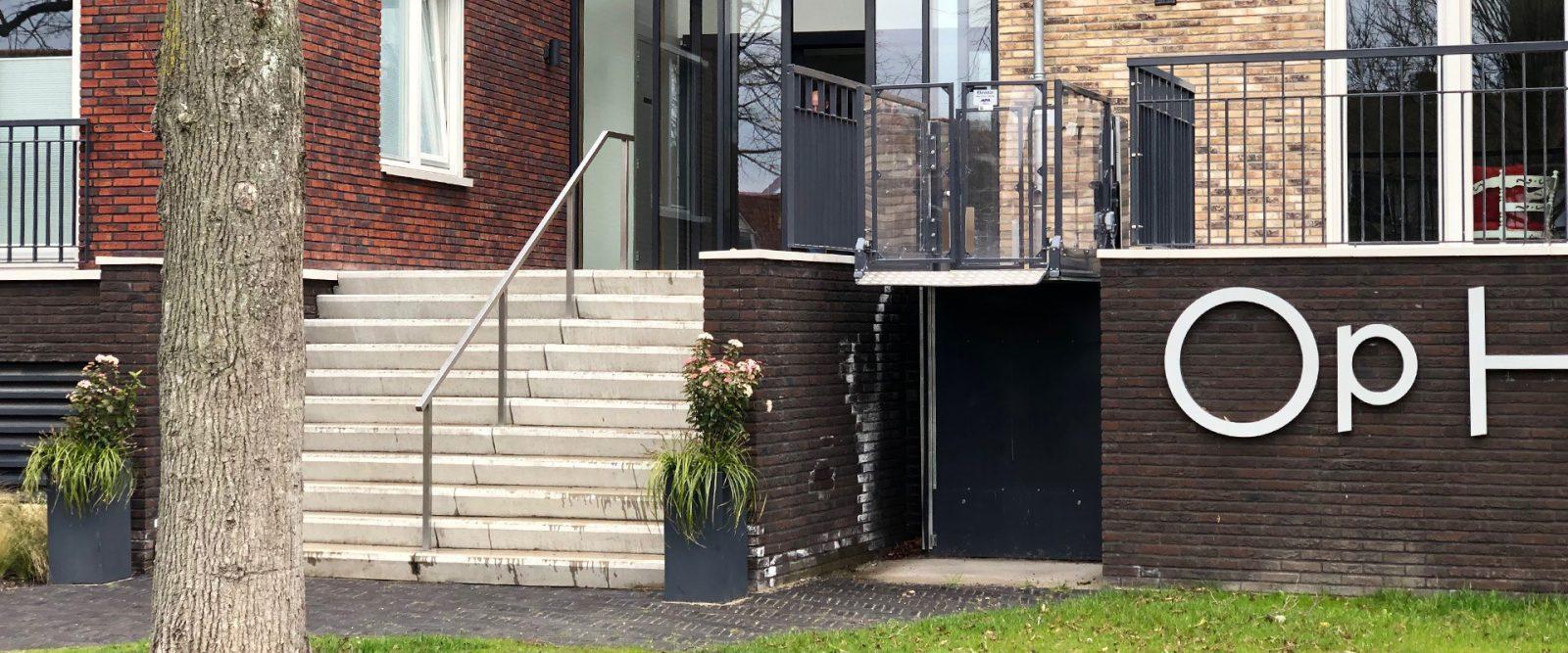 rolstoellift bij appartementencomplex