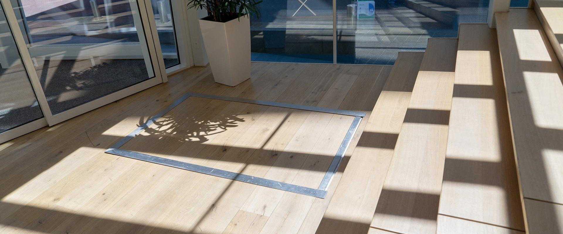 hydro plateau traplift weggewerkt in de vloer met houten doorgelegde vloer